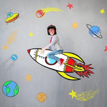 Kleiner Junge fliegt auf einer Rakete